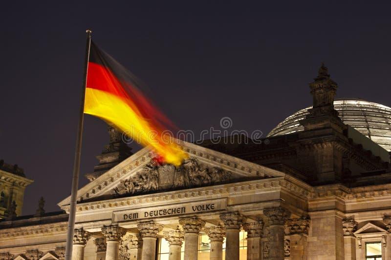 Deutsche Flagge und Reichstag nachts stockfoto