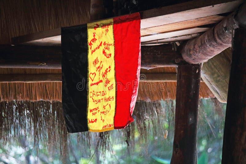 DEUTSCHE FLAGGE UNTERZEICHNET VON DEN BESUCHERN IN EINEM BUSH-LAGER IN NAMIBIA lizenzfreie stockfotografie