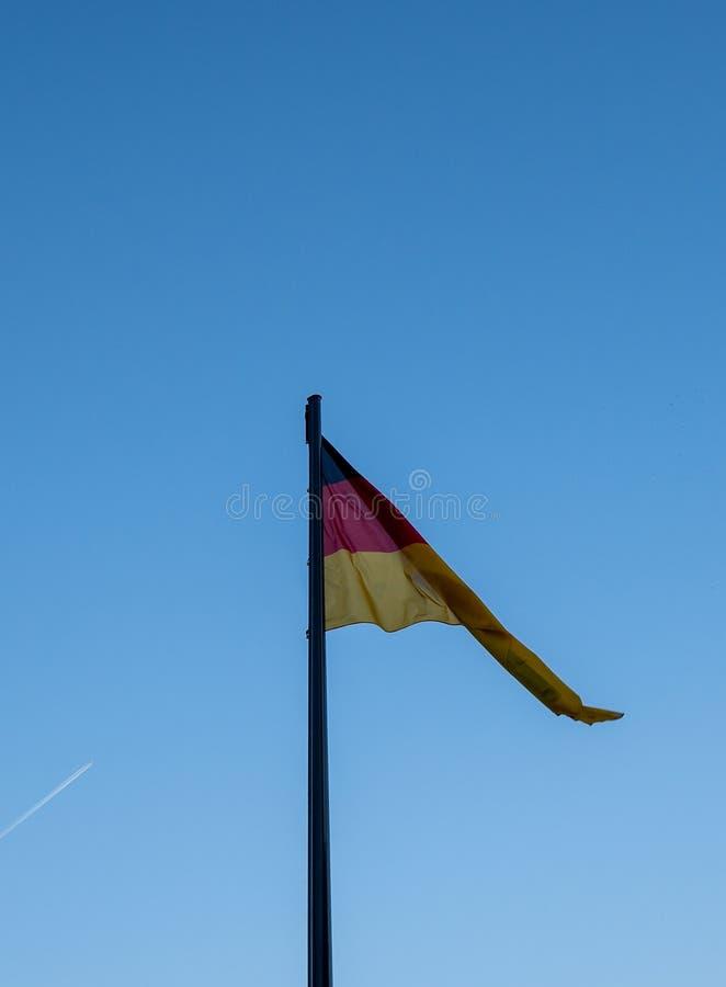 Deutsche Flagge vor dem blauen Himmel lizenzfreies stockfoto