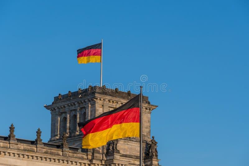 Deutsche Flaggen am Parlament lizenzfreies stockbild