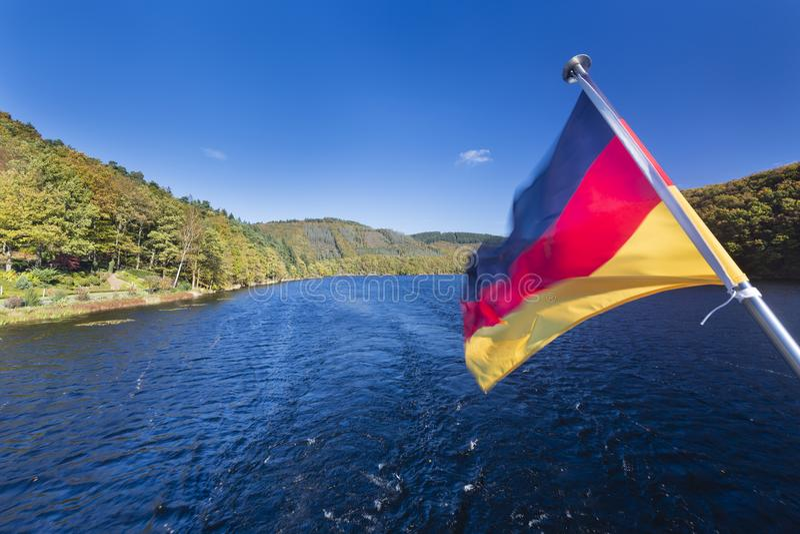 Deutsche Flaggen-und See-Landschaft, Eifel lizenzfreies stockbild