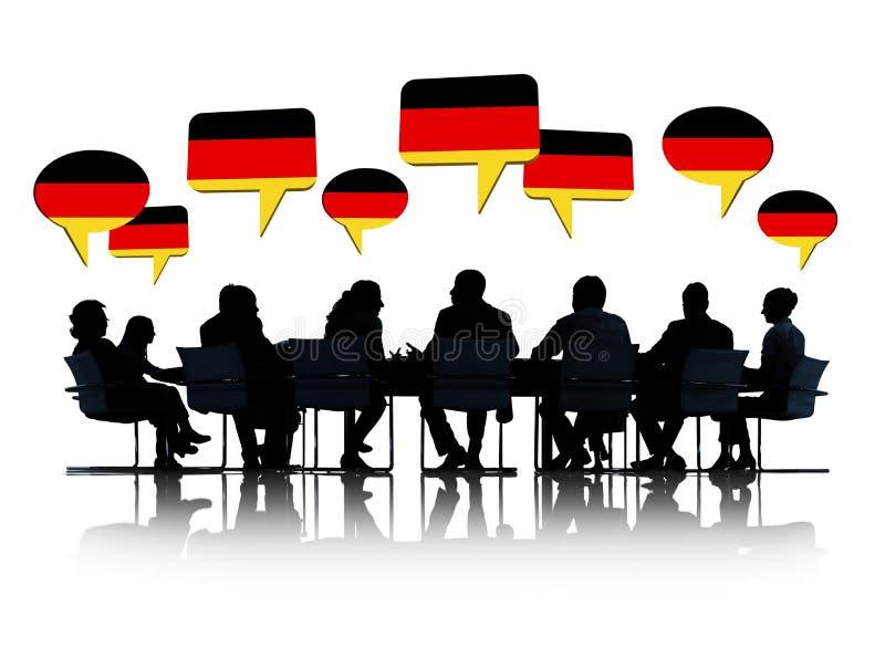 Deutsche Geschäftsleute, die eine Sitzung haben lizenzfreies stockbild