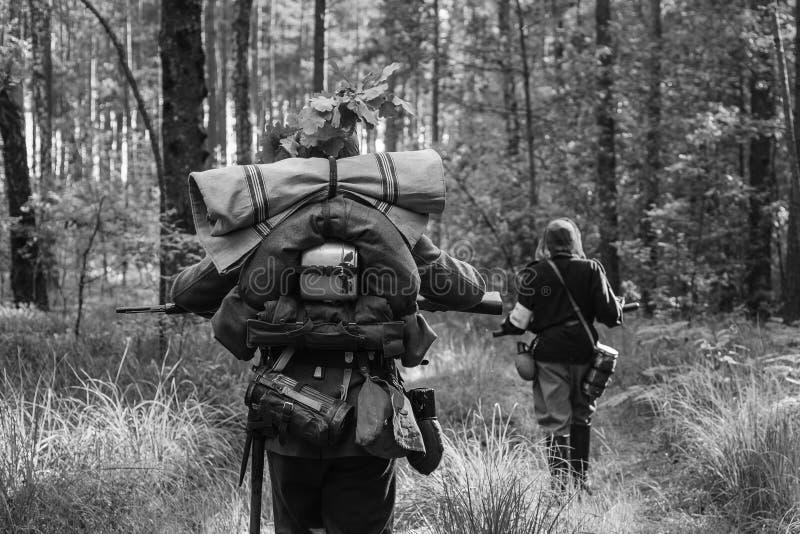 Deutsche Infanterie-Soldaten in marschierendem entlang gehen des Zweiten Weltkrieges stockfotografie
