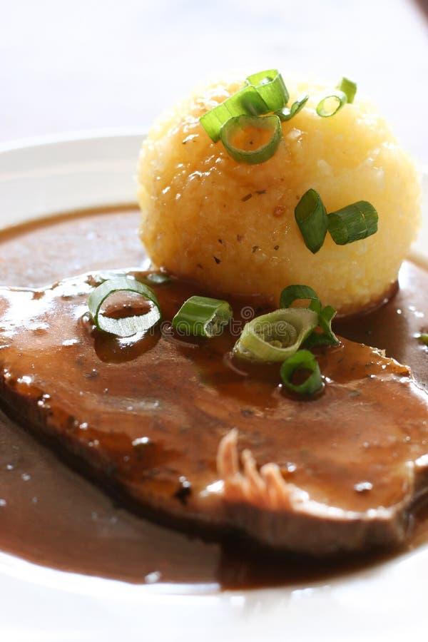 Deutsche Nahrung Sauerbraten mit knodel lizenzfreies stockfoto