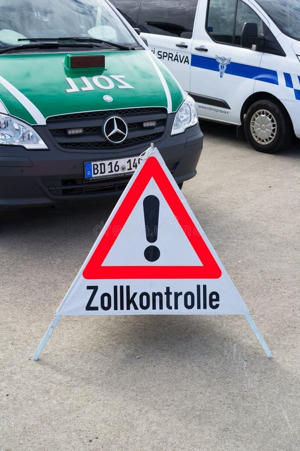 Deutsche Polizei für Zollgebühr steuert stockbild