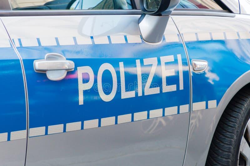Deutsche Polizei unterzeichnet auf dem Streifenwagen stockfoto