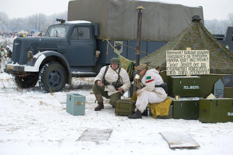 Deutsche Soldaten im Feldlager Fragment des Militär-historischen Rekonstruktion ` Januar-Donner ` stockfotografie