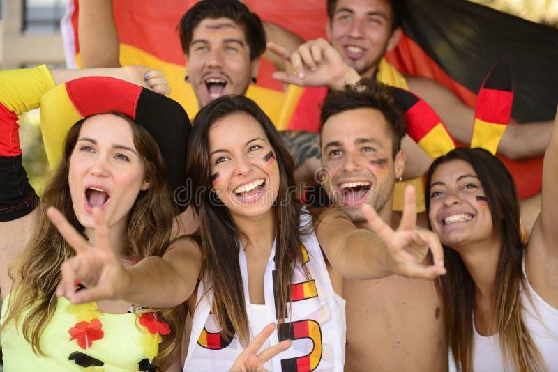 Deutsche Sportfußballfans, die Sieg feiern. lizenzfreie stockfotografie