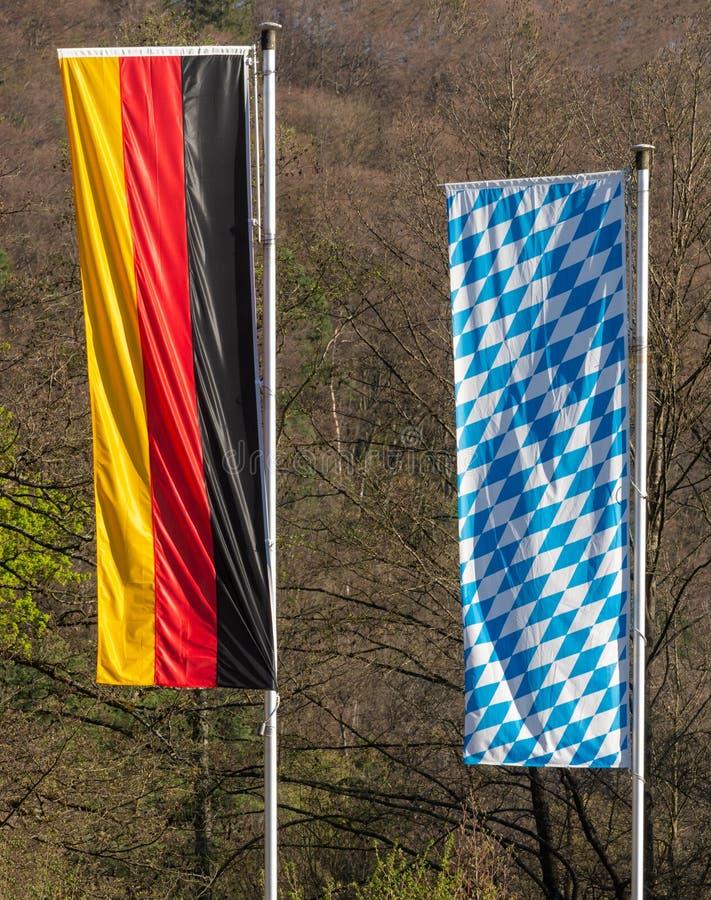 Deutsche und bayerische Flagge lizenzfreies stockfoto
