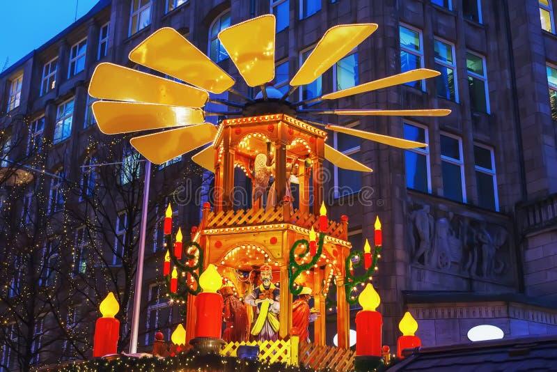 Deutsche Weihnachtspyramide mit Zahlen nach innen lizenzfreie stockbilder