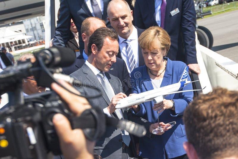 Deutscher Kanzler-Angela Merkel-Blickflugzeugmodell Airbus A350 XWB während erschließen die internationale Luftfahrt- und Raumaus lizenzfreie stockbilder