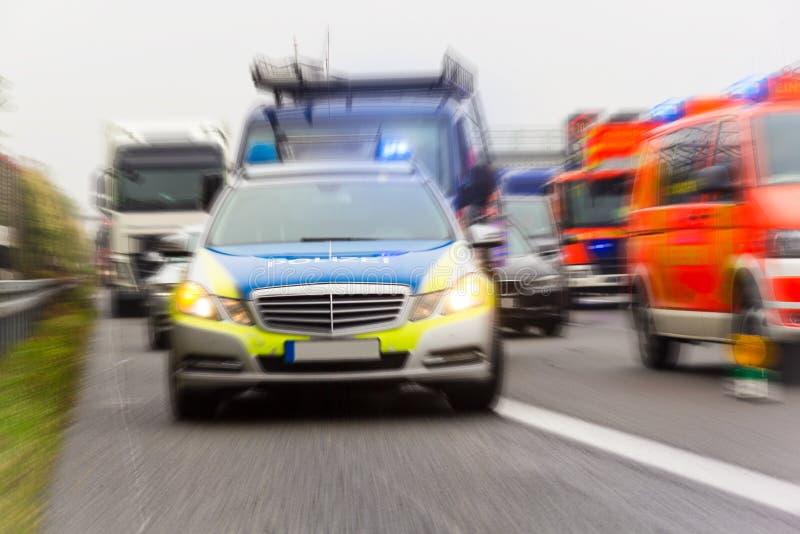 Deutscher Polizeiwagen auf einer Autobahn lizenzfreies stockfoto