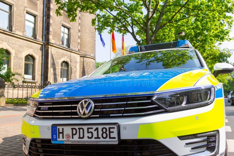 Deutscher Polizeiwagen steht vor einer Polizeidienststelle lizenzfreie stockfotografie