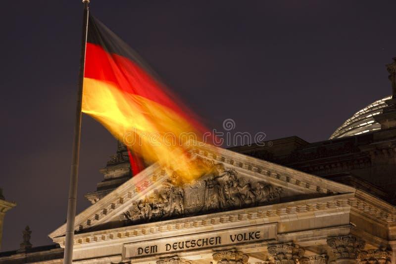 Deutscher Reichstag mit Flagge nachts stockbild