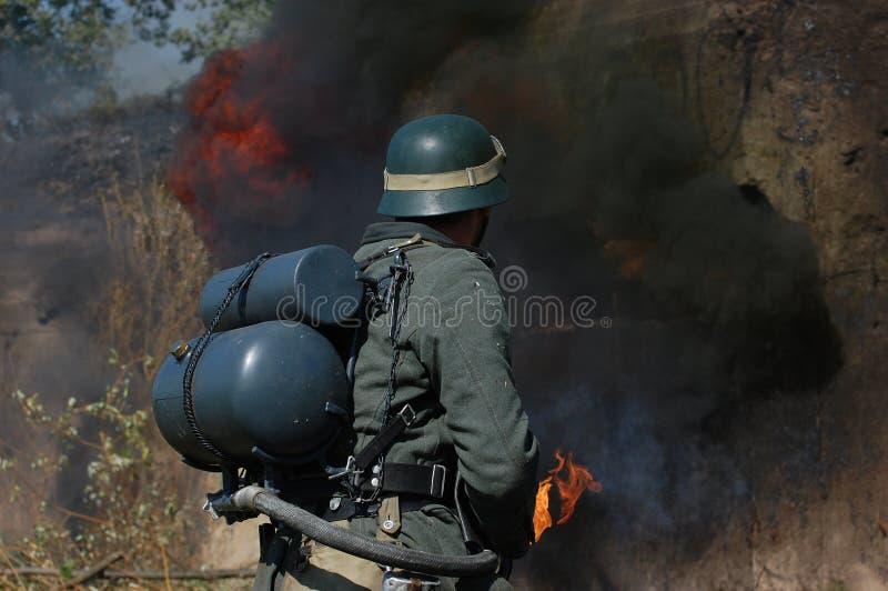 Deutscher Soldat mit Flammenwerfer stockfoto