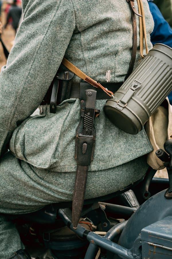 Deutscher Soldat Wehrmacht mit Bajonettmesser stockbild