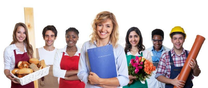 Deutscher weiblicher Geschäftsauszubildender mit Gruppe anderer internationaler Lehrlinge stockbild