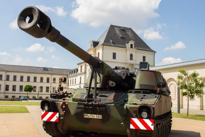 Deutsches gepanzertes des Militärbehälters - Haubitze 2000 stockfotos