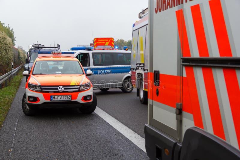 deutsches Notdoktorauto steht auf Autobahn stockfotografie