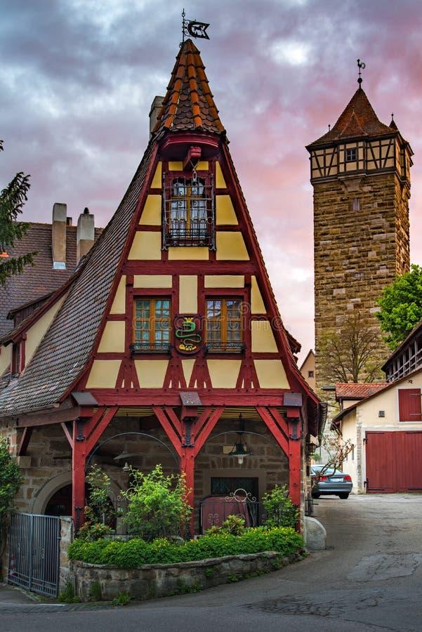 Deutsches traditionelles Haus Rothenbergs mit schönem Morgensonnenaufganghimmel lizenzfreie stockfotos