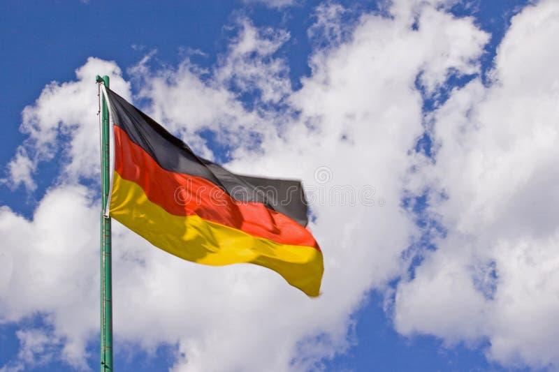Deutschland-Flagge vor blauem Wolkenhimmel lizenzfreies stockfoto