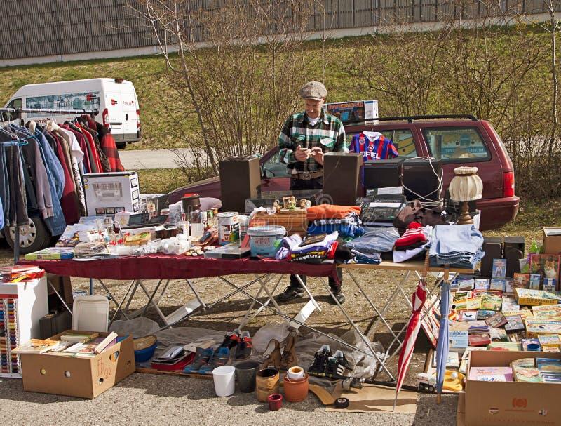 Deutschland - FreilichtFlohmarkt, Verkäufer mit Waren stockfoto