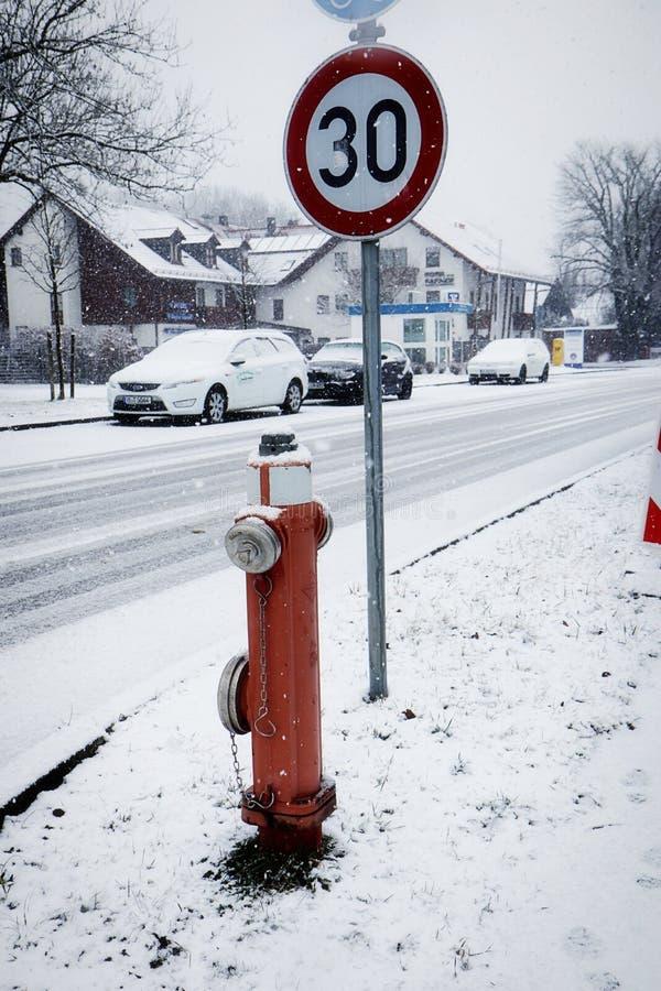 Deutschland, ländliche Landstraße im Winter unter Schneefällen stockbilder