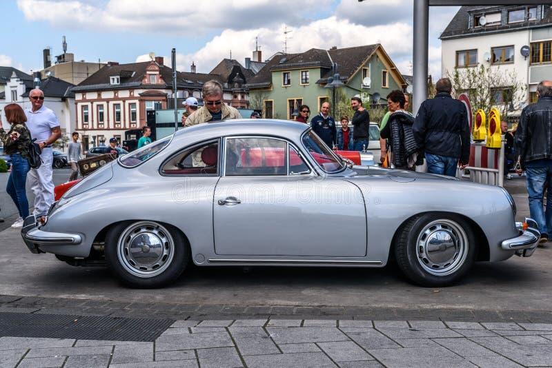 DEUTSCHLAND, LIMBURG - APRIL 2017: Silbernes COUPÉ 1948 PORSCHES 356 in Limburg ein der Lahn, Hessen, Deutschland lizenzfreie stockfotografie