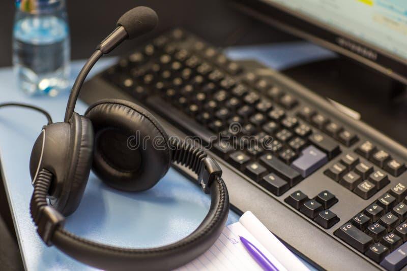 Deutung - Kopfhörer mit Mikrofon und einem Computer lizenzfreie stockbilder