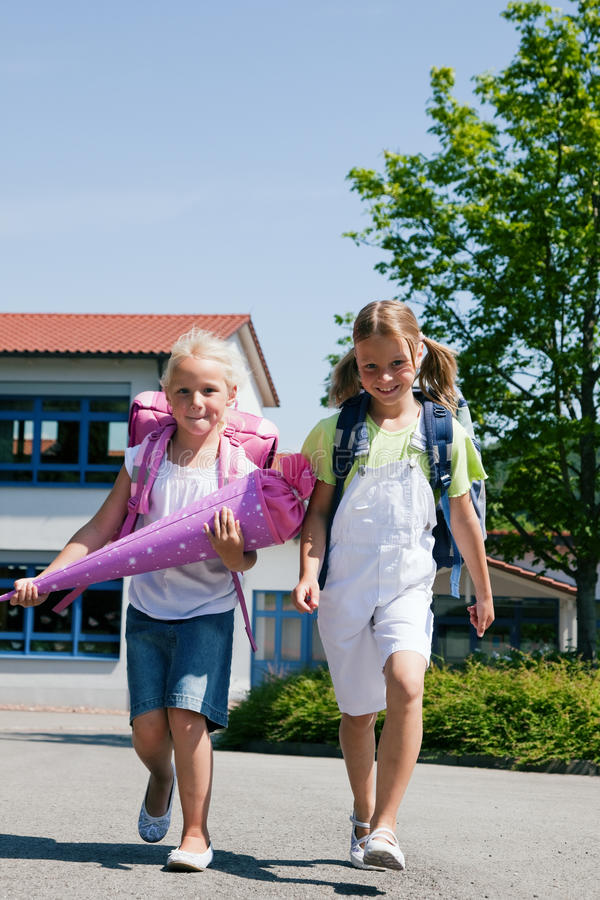 Deux écoliers ayant l'amusement image stock