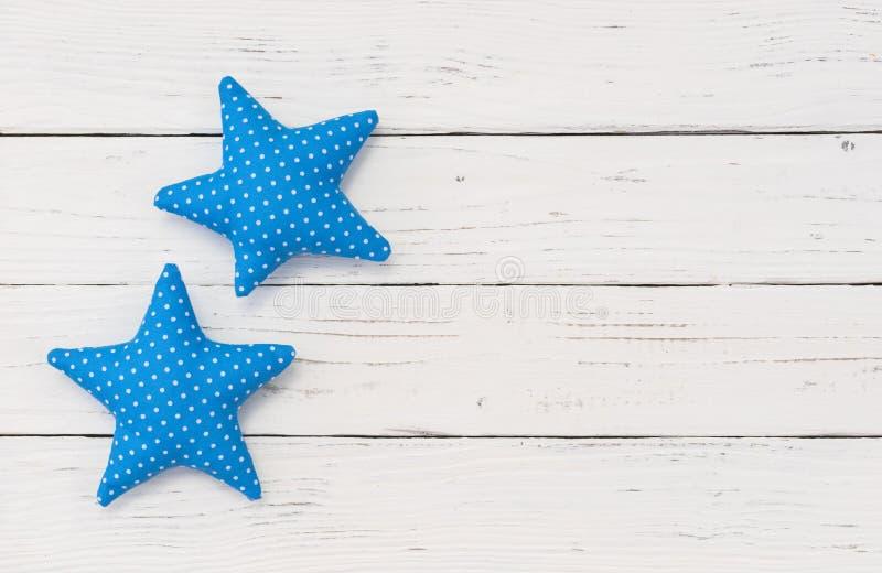 Deux étoiles bleues sur la fête de naissance en bois de fond de vintage blanc sa un garçon photographie stock
