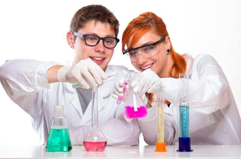 Deux étudiants dans le laboratoire de chimie faisant des réactions photo stock