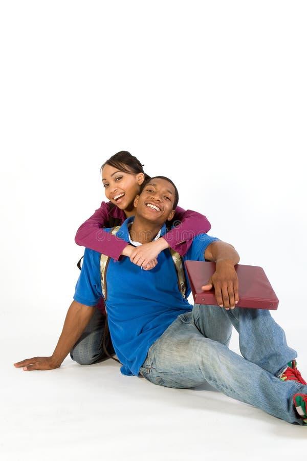 Deux étudiants Embrassant - Verticale Photographie stock libre de droits