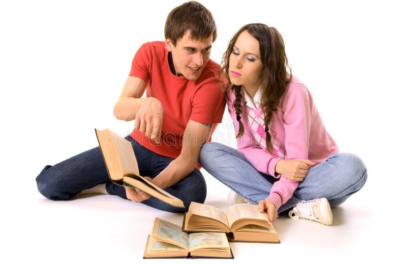 Deux étudiants faisant des leçons photos stock