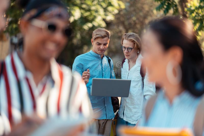 Deux étudiants travaillant sur leur projet sur l'ordinateur portable image libre de droits