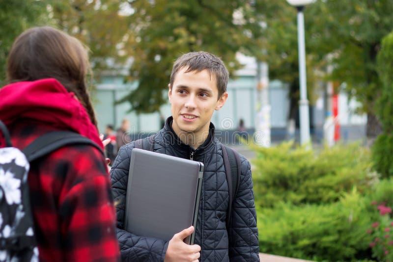 Deux étudiants universitaires parlant et flirtant photos stock