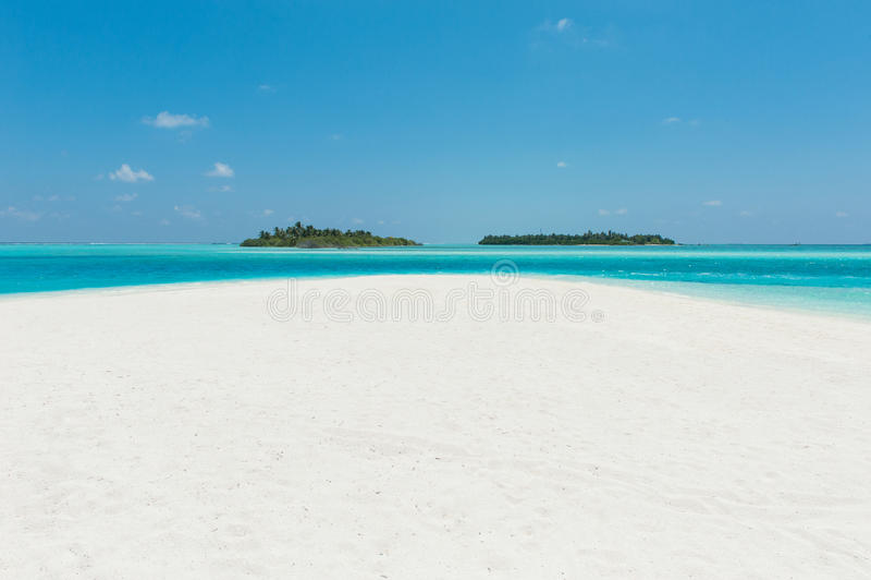 Deux îles dans l'océan, la plage avec le sable blanc et l'eau bleue image libre de droits