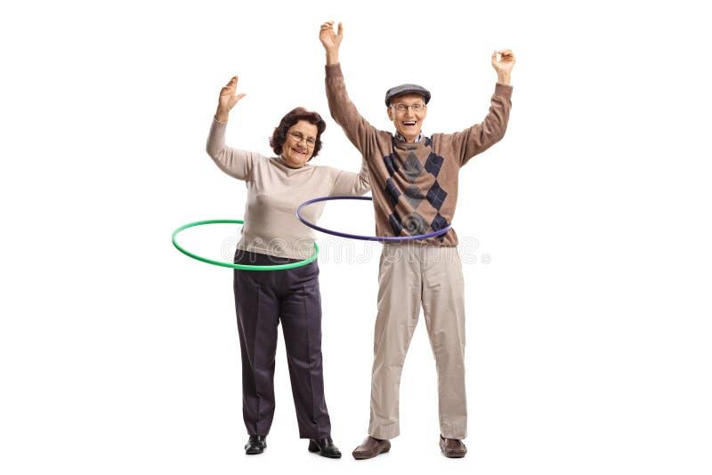 Deux aînés gais avec des danse polynésienne-cercles image stock