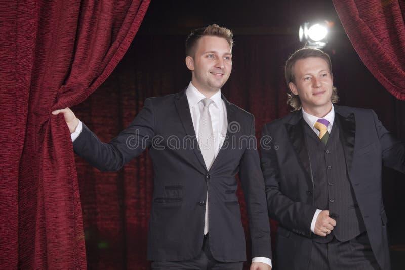 Deux acteurs dans le projecteur images stock