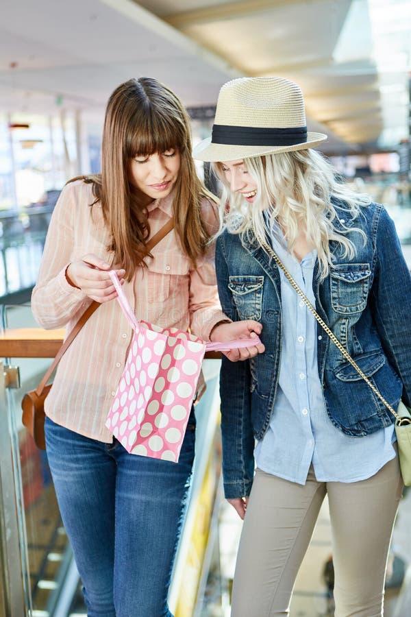 Deux adolescentes avec un sac de courses photos stock