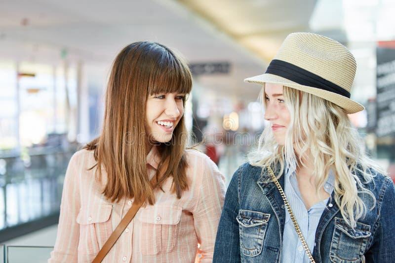 Deux adolescentes comme amis images stock