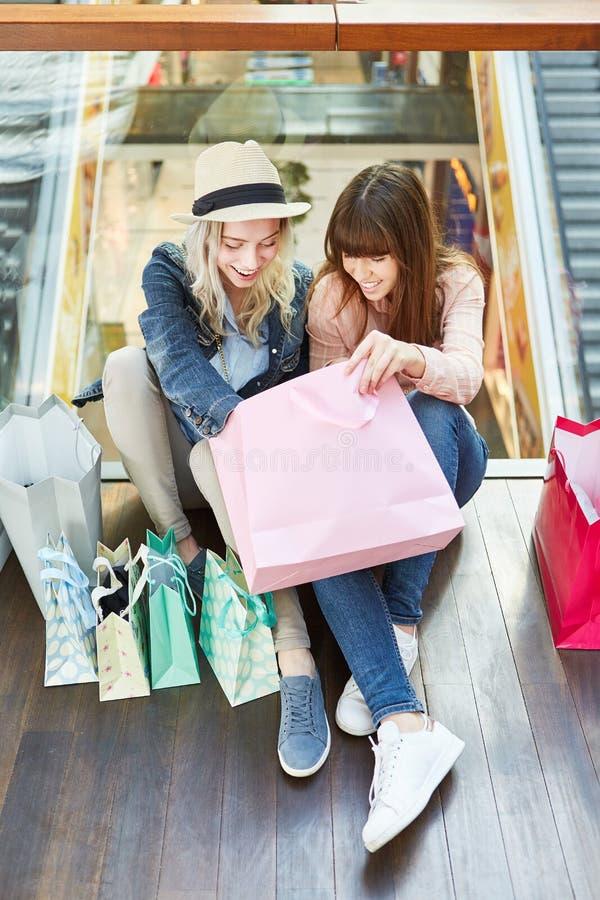 Deux adolescentes déballent l'achat photo libre de droits