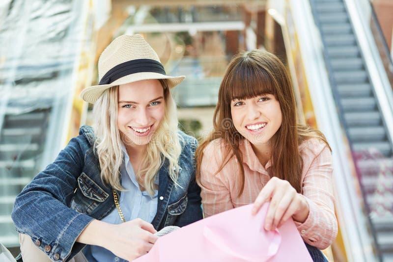 Deux adolescentes dans le centre commercial photos stock