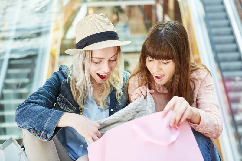 Deux adolescentes s'émerveillent aux achats images libres de droits