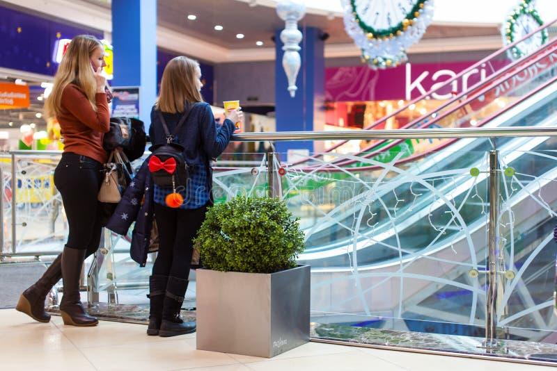 Deux adolescentes tenant le centre commercial intérieur photo libre de droits