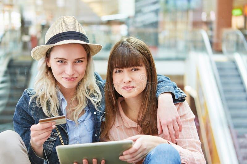 Deux adolescents comme amis faisant des emplettes en ligne images libres de droits