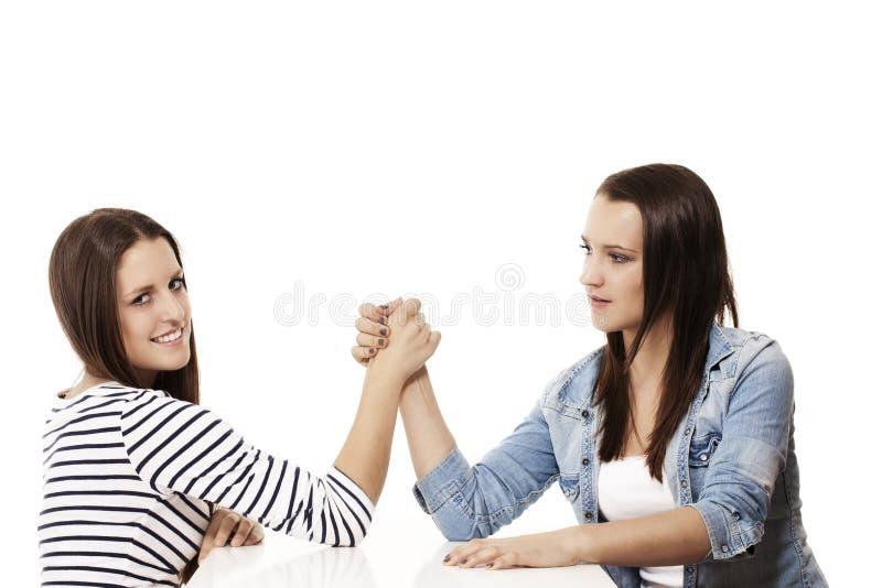 Deux adolescents de lutte de bras photos stock