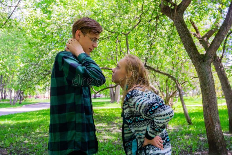 Deux adolescents discutent en parc image stock