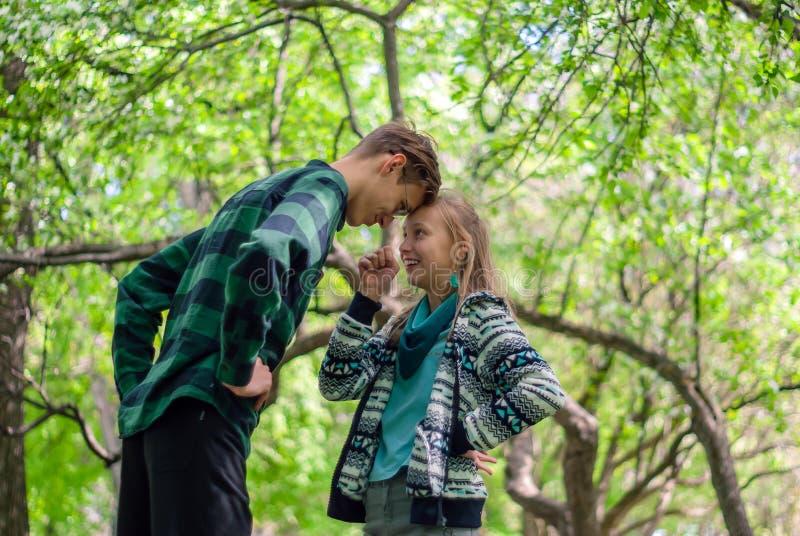 Deux adolescents discutent en parc photos stock