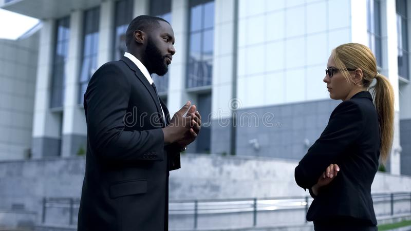 Deux adversaires d'affaires étant en conflit avant la réunion importante, rivalité au travail photos libres de droits